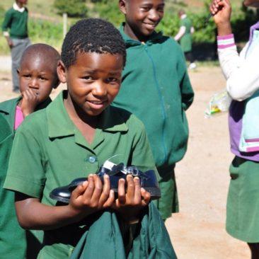 Distribution des uniformes scolaires à Nginamadvolo Primary School, Swaziland – 2017