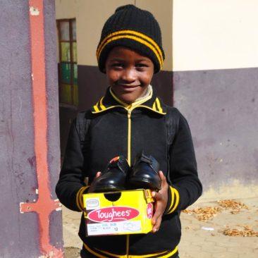 Distribution d'uniformes scolaires à  l'école de Buhlebezwe à Roosboom en Afrique du Sud